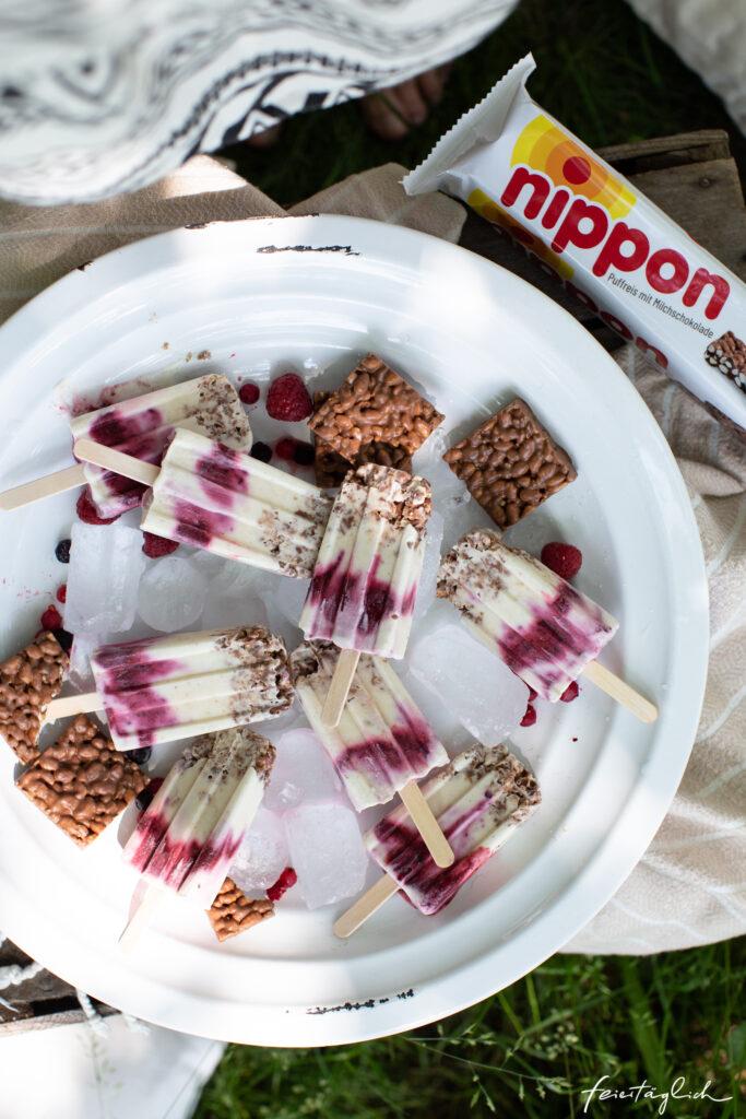 Ein Sommerpicknick mit Eis am Stiel: Rezept für Nippon-Vanille-Beerenswirl-Popsicles