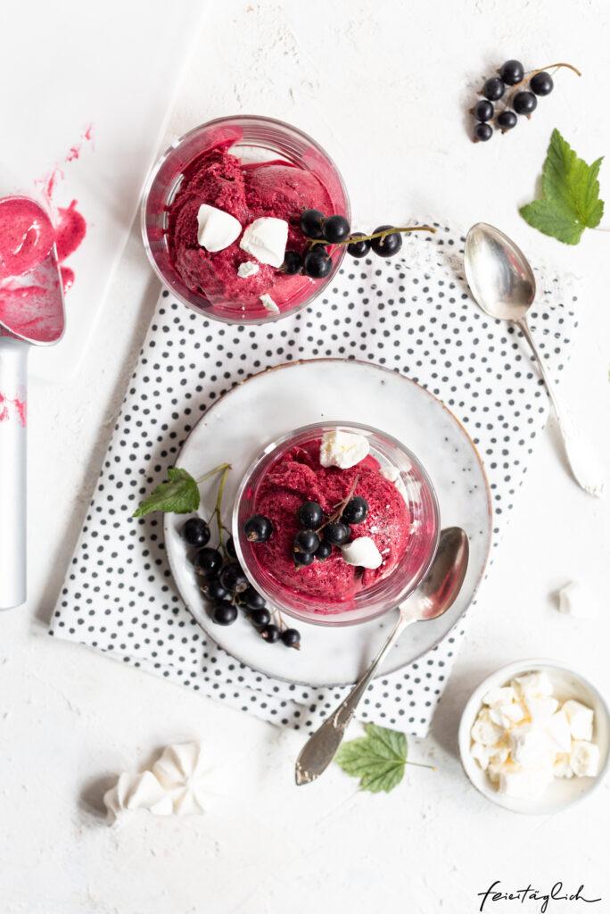 Cassis-Sorbet – Rezept für ein unglaublich fluffiges Eis aus schwarzen Johannisbeeren mit nur 3 Zutaten