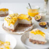 Raw Cashew-Kokos-Cheesecake mit Mango & Maracuja (vegan, glutenfrei & ohne industriellen Zucker)