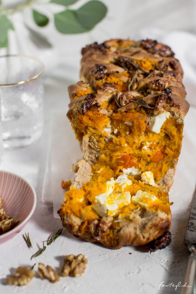 Kuerbis-Feta-Zupfbrot mit Rosmarin und Honig-Walnuessen