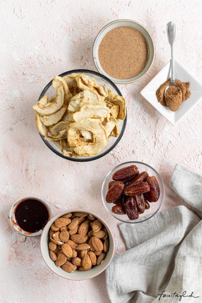 Kleine Apfel-Zimt-Cashew-Cheesecakes mit Mandeln, vegan und zuckerfrei, ohne Backen Zutaten