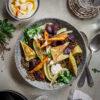 Lauwarmer Linsensalat mit Maultaschen, Ofengemüse und Gewürzjoghurt, Herbstsalat