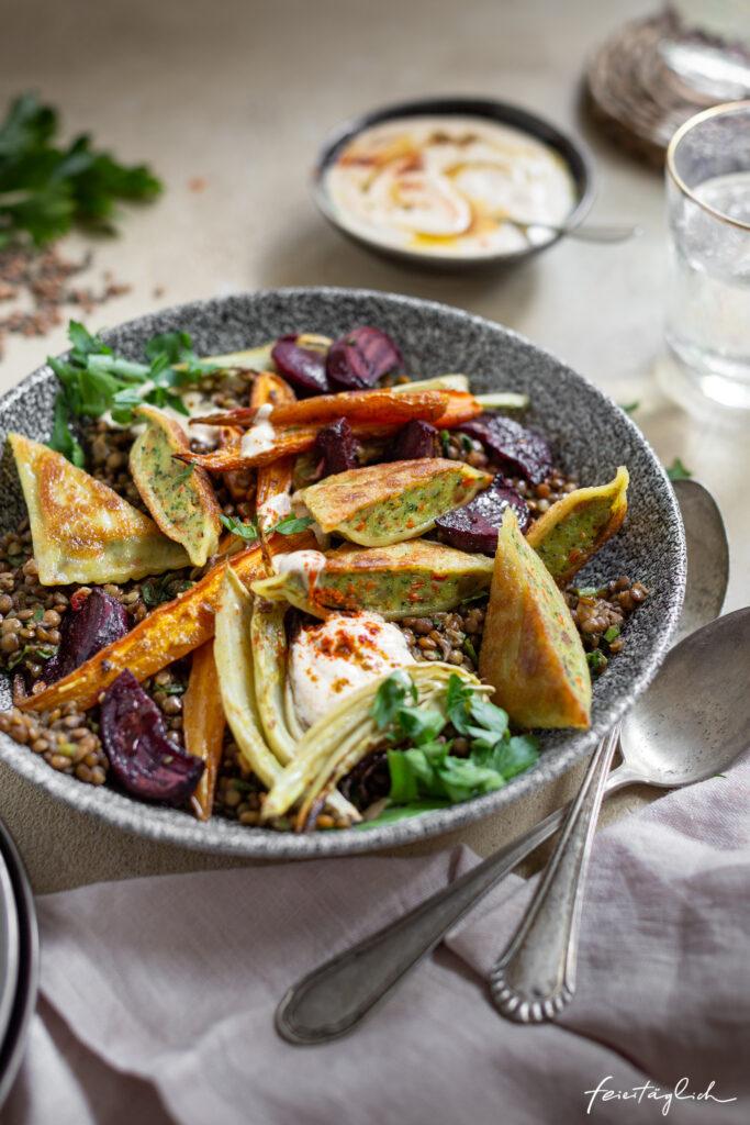 Lauwarmer Linsensalat mit Gemüsemaultaschen, Ofengemüse und Gewürzjoghurt, Herbstsalat